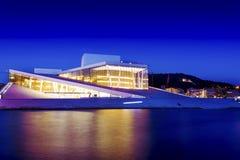Teatro de la ópera nacional de Oslo en la puesta del sol el 27 de julio de 2016 El teatro de la ópera de Oslo fue abierto el 12 d Fotos de archivo libres de regalías