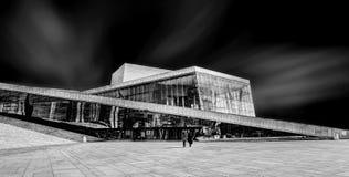 Teatro de la ópera de Oslo de la acera imagen de archivo libre de regalías