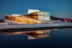 Teatro de la ópera de Oslo de la acera foto de archivo