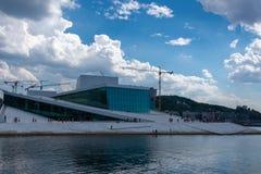 Teatro de la ópera de Oslo, Noruega imagenes de archivo