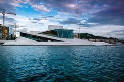 Teatro de la ópera de Oslo sin la gente que camina en él imagenes de archivo
