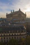 Teatro de la ópera parisiense en la puesta del sol Imagenes de archivo