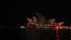 Teatro de la ópera psicodélico de Sydney con los multicolours durante 2015 vivo
