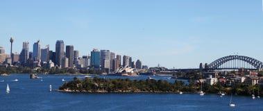 Teatro de la ópera, puente del puerto y Sydney City Imagenes de archivo