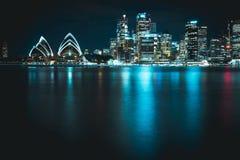 Teatro de la ópera de Sydney con horizonte de la ciudad con una sensación futurista foto de archivo libre de regalías