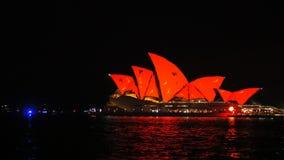 Teatro de la ópera de Sydney con la iluminación roja y amarilla durante 2015 vivo almacen de metraje de vídeo