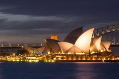 Teatro de la ópera de Sydney en la oscuridad Señal icónica y famosa de foto de archivo libre de regalías