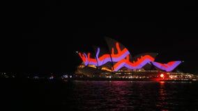 Teatro de la ópera de Sydney encendido para arriba con las líneas rojas durante 2015 vivo almacen de video
