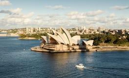 Teatro de la ópera de Sydney a finales de la tarde con día del cielo nublado Imagen de archivo