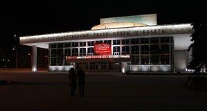 Teatro de la ópera y de ballet en la noche krasnoyarsk Imagenes de archivo