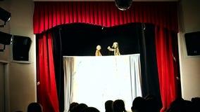 Teatro de la marioneta de los ni?os Presentaci?n en el teatro de los ni?os, organizado para los ni?os y sus padres detalles metrajes