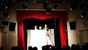 Teatro de la marioneta de los ni?os Presentaci?n en el teatro de los ni?os, organizado para los ni?os y sus padres detalles almacen de video