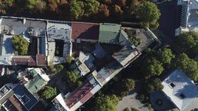 Teatro de Odessa Opera y de ballet, parque de la ciudad o parque de Estambul, Ucrania Silueta del hombre de negocios Cowering víd almacen de video