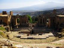 Teatro de Taormina con el soporte en el Etna Sitio arqueológico romano en Sicilia al sur de Italia imágenes de archivo libres de regalías