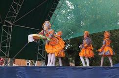 Teatro de Vyaznikovskiy do modo do bebê na cena no dia do ci Imagens de Stock Royalty Free