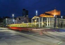 Teatro de Wyspianski, e o bonde na noite katowice Fotografia de Stock Royalty Free