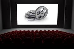 Teatro del cine con los carretes de la película en la pantalla. Foto de archivo libre de regalías