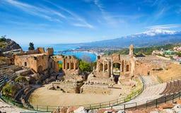 Teatro del greco antico in Taormina su fondo di Etna Volcano, Italia immagini stock libere da diritti