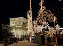 Teatro del teatro de Bolshoi (grande, grande o magnífico, Bolshoy también deletreado) iluminó a la Navidad en la noche Moscú, Rus Foto de archivo