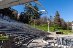 Teatro del verano en St Vrach del parque en la ciudad de Sandanski, Bulgaria foto de archivo