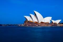 Teatro dell'opera del ` s di Sydney all'ora blu Immagini Stock Libere da Diritti