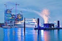 Teatro dell'opera di Amburgo, Germania con le luci blu. Immagini Stock