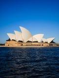 Teatro dell'opera di Sydney con cielo blu Immagine Stock