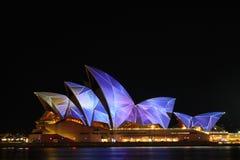 Teatro dell'Opera di Sydney nel colore chiaro chiaro di festival fotografie stock libere da diritti