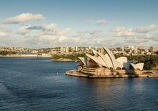 Teatro dell'opera di Sydney verso la fine del pomeriggio con il giorno del cielo nuvoloso Fotografia Stock