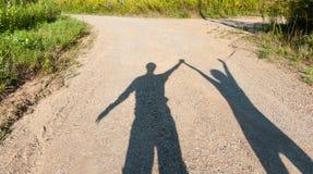 Teatro delle ombre ragazzo e ragazza sul percorso rurale Immagine Stock