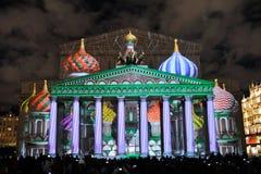 Teatro di Bolshoi con proiezione leggera delle cupole del ` s del basilico della st Immagine Stock