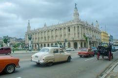 Teatro di Gran Teatro de La Habana- Great di Avana con le automobili classiche in priorità alta Immagine Stock