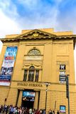 Teatro di Hybernia dal fondo in un giorno nuvoloso Pubblicità delle manifestazioni imminenti sulla parete Immagine Stock