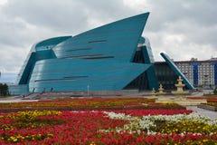 Teatro en la ciudad Kazajistán de Astaná imagenes de archivo
