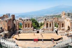 Teatro Greco e vista de Etna monta em Taormina Fotografia de Stock