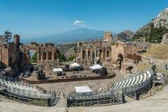 Teatro grego de Taormina e o Etna na distância em Sicília, Itália Imagens de Stock