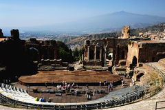 Teatro griego en Taormina y el volcán el Etna Foto de archivo libre de regalías