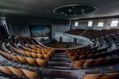 Teatro histórico que mira a la etapa con el piano y la cortina - teatro abandonado Fotografía de archivo libre de regalías