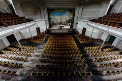 Teatro histórico que mira a la etapa con el piano y la cortina - teatro abandonado Fotos de archivo