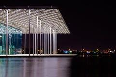Teatro internacional de Bahrein en la noche Foto de archivo