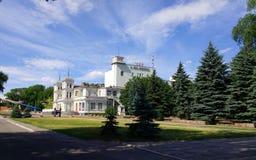 Teatro Lesia Ukrainka, o céu azul, nuvens bonitas imagens de stock royalty free