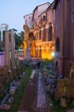 Teatro Marcello e portico Ottavia Belle vecchie finestre a Roma (Italia) Immagine Stock