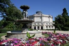 Teatro Marigny y fuente en París Imagen de archivo libre de regalías