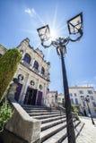 Teatro municipal de la ciudad anaranjada con la lámpara de pie y el sol Fotografía de archivo libre de regalías