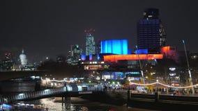 Teatro nacional colorido en Londres Southbank por noche almacen de video