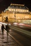 Teatro nacional em Praga com pares de passeio imagens de stock