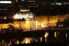 Teatro nacional Praga en la noche Imagenes de archivo