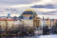 Teatro nazionale a Praga dal fiume della Moldava fotografie stock libere da diritti