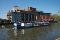 Teatro real de Shakespeare con el río y la gabarra inglesa tradicional que pasan cerca foto de archivo libre de regalías