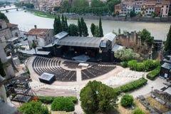 Teatro Romano och River Adige i den Verona staden royaltyfria foton